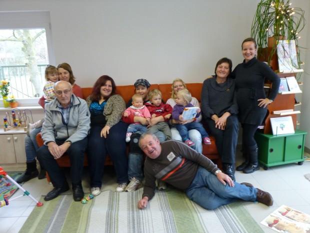 Omas & Opas betreuen gemeinsam Kleinkinder